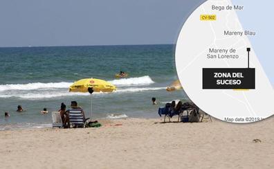 Cinco hombres acosan a una mujer en una playa naturista e intentan atropellarla