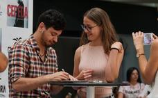 El cantante Cepeda firma discos a sus fans en Valencia
