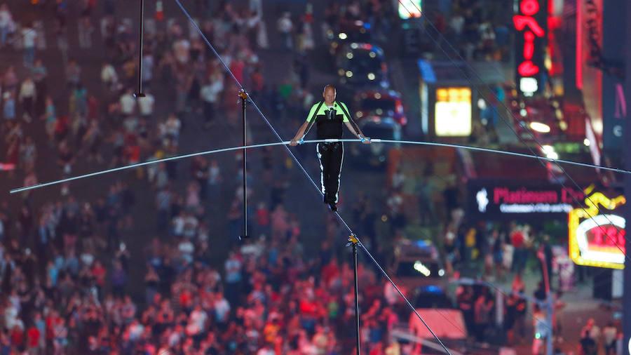 Los hermanos equilibristas Wallenda cruzan Times Square por un cable a 25 pisos de altura