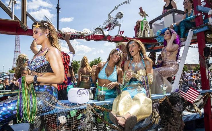 Así es el loco desfile de sirenas de Coney Island