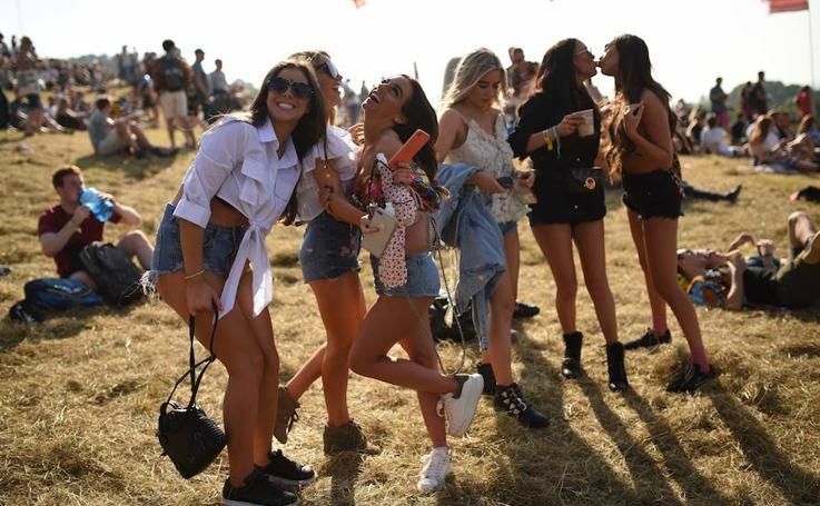 Glastonbury celebra con poca ropa y mucho calor su festival más libre