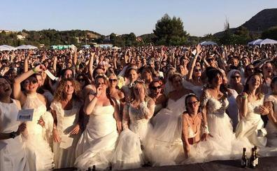Petrer bate el Récord Guinness de mujeres vestidas de novia