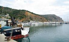 Una mujer llega nadando al puerto de Xàbia tras caer de una embarcación entre esa zona y la Cala Sardinera
