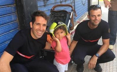 Los bomberos de Oliva rescatan a una niña de dos años atrapada entre los barrotes de una mesa