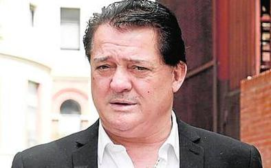 El doctor Pedro Cavadas le fija la prótesis de la rodilla a 'El Soro'