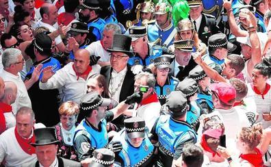Gritos contra el alcalde de Pamplona durante la procesión de San Fermín