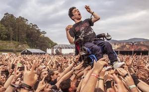 El joven en silla de ruedas que voló en un concierto heavy: «Te sientes como Dios»