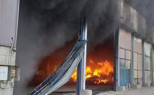 Incendio en una planta de reciclaje en Guadassuar