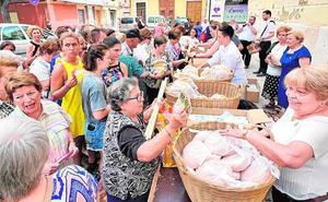 Los clavarios reparten cirios y rollos en Alboraya