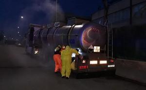Un camión cargado con ácido clorhídrico sufre una fuga en el polígono Fuente del Jarro