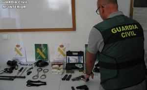 Se persona en casa de su jefe en Chiva con una pistola y le amenaza de muerte: «Esta bala es para ti»