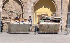 Colocan dos contenedores de obra junto a la fachada protegida de Santa Catalina