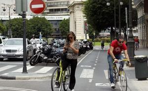 Nuevas señales electrónicas de la DGT alertan a los conductores de la presencia de ciclistas en puntos críticos