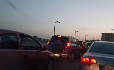 Atascos y calles cortadas para llegar al Piromusical de La Marina