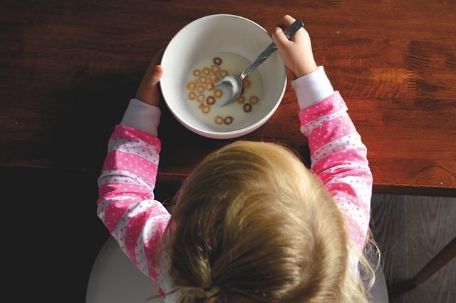 Los alimentos para bebé tienen demasiado azúcar, advierte la OMS