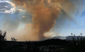 El fuego arrasa casi 900 hectáreas en Beneixama con 84 vecinos evacuados