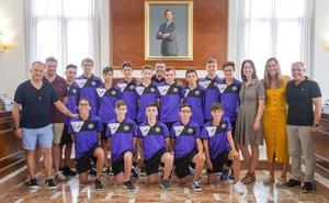 La alcaldesa recibe al equipo Infantil de la UE Gandia por su ascenso a la máxima categoría
