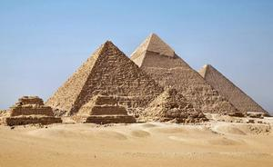 Detienen a un turista por fotografiarse con el trasero al aire en las pirámides de Guiza