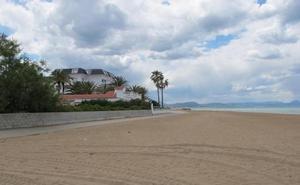 Buscan a un bañista desaparecido este mediodía en la playa Els Molins de Dénia