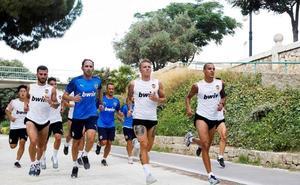 Los jugadores el Valencia vuelven a entrenar al antiguo cauce del río Turia
