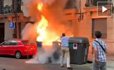 Queman un contenedor junto a la sede de Vox y Ortega Smith apaga las llamas