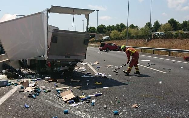 Un camión parado en el arcén del by-pass provoca la colisión de un turismo en el que viajaba un bebé de once meses