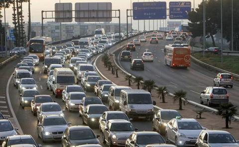 Un carril cortado y retenciones en las principales entradas de Valencia