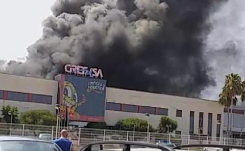 Un herido en el incendio que afecta a la empresa Grefusa en Alzira
