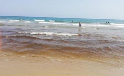 Un mancha de siete metros en el agua obliga a cerrar durante horas la playa de Oliva