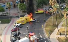 Un joven ebrio choca contra un camión en una rotonda y su coche se prende fuego