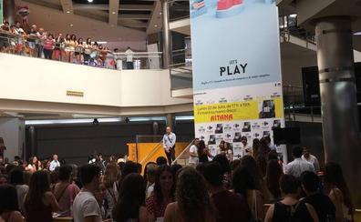 Cientos de fans hacen cola para ver a Aitana de OT antes de su concierto en Valencia
