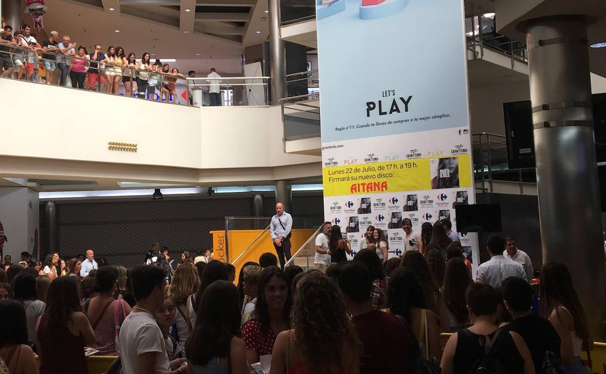 Aitana En Gran Turia Cientos De Fans Hacen Cola Para Ver A Aitana De Ot Antes De Su Concierto En Valencia Las Provincias