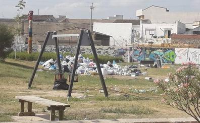 El Parque Ausiàs March de Gandia, lleno de basura tras tres días de festival