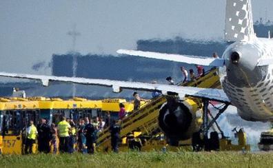 Una compañía aérea deja en tierra a una mujer que vestía un body negro y una falda vaquera
