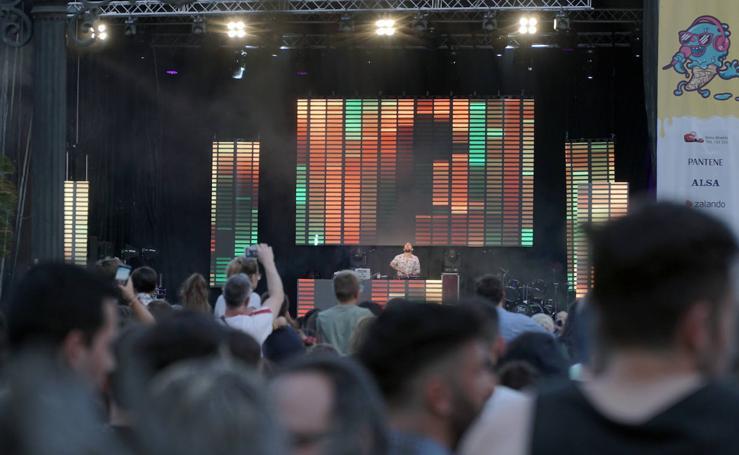 Feria de Julio: La plaza del Ayuntamiento de Valencia vibra al ritmo del concierto 'Los 40 Summer Live'