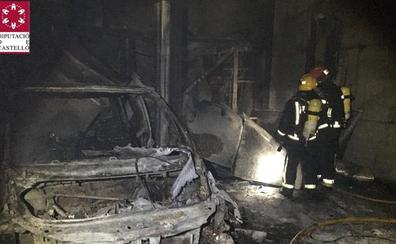 Se incendia un taller de vehículos en Burriana con cuatro coches dentro