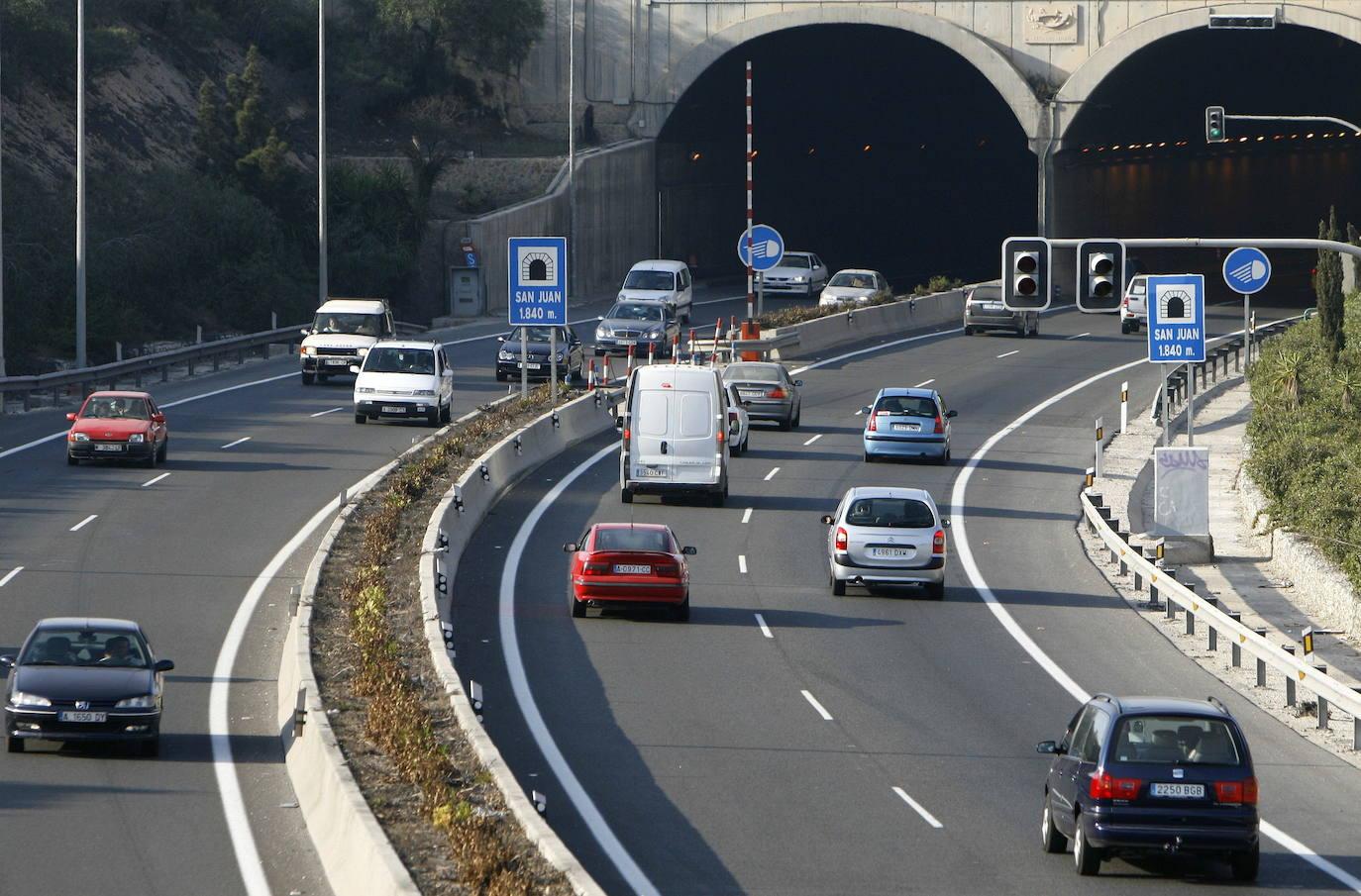 Fallece un motorista al chocar con un turismo en la carretera A-70 de Alicante