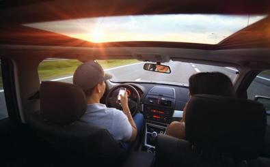 Las distracciones más peligrosas de los conductores y peatones