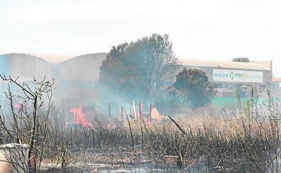 Un incendio en campos abandonados en Aldaia afecta a una fábrica de palets