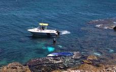 Rescatan en el mar a dos hombres embestidos por una barca a la fuga en Dénia