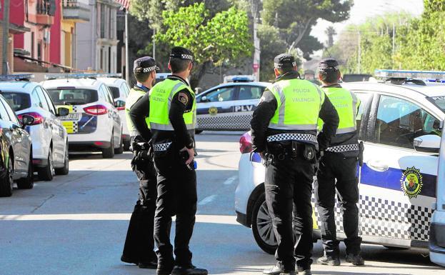 Varios policías locales en una calle de Valencia. /Damián Torres