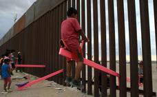 Columpios en la frontera EE UU-México para que los niños jueguen juntos