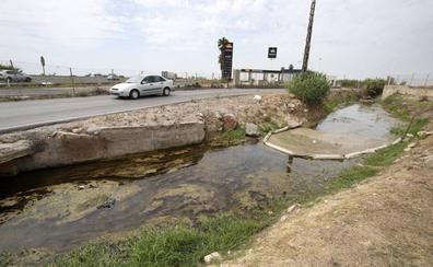 Conselleria decide desinfectar el agua de las acequias un mes después del cierre de playas