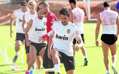 La plantilla del Valencia CF redobla su presión y quiere hablar con Peter Lim