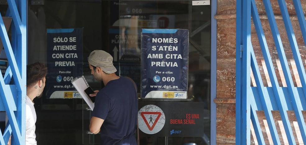 La DGT se colapsa en Valencia por falta de personal y paraliza la tramitación de permisos nuevos