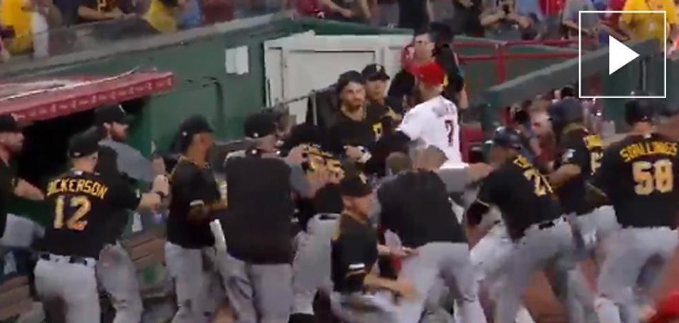 Un jugador de béisbol se lanza contra 15 rivales e inicia una monumental pelea