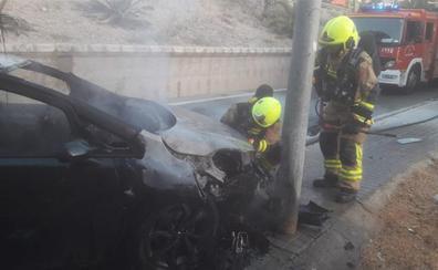 Un conductor borracho choca con una farola, incendia su coche y huye a pie en Alicante