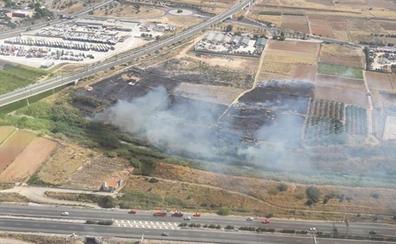 Incendio entre el parque de bomberos y la depuradora de Torrent