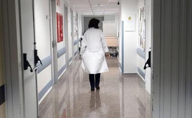 Sanitarios del Clínico denuncian falta de limpieza en los uniformes