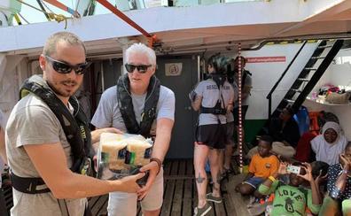 Richard Gere viaja al Open Arms para llevar comida a los refugiados